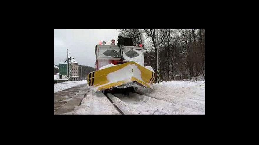 Video Na železnici bude více vyhřívaných výhybek