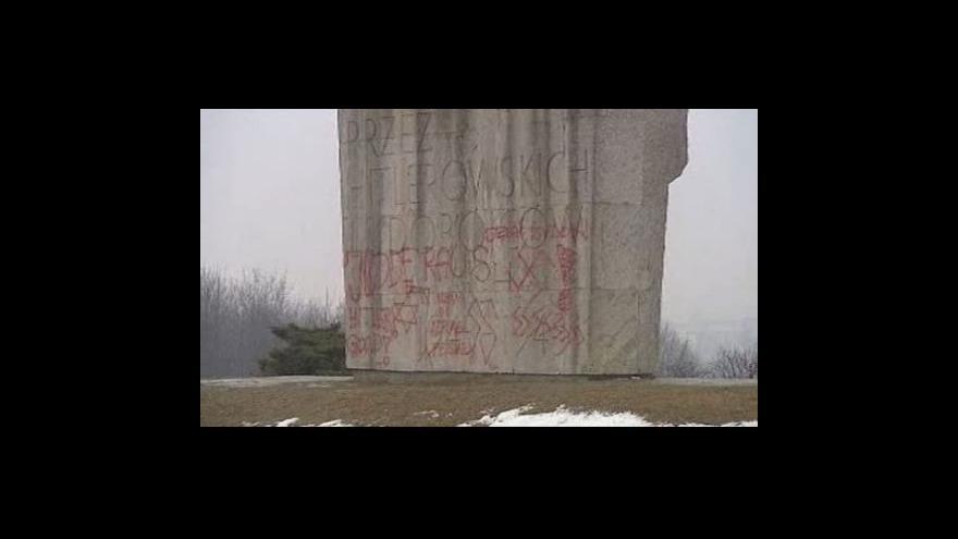 Video vandalismus na památníku v Plaszówě