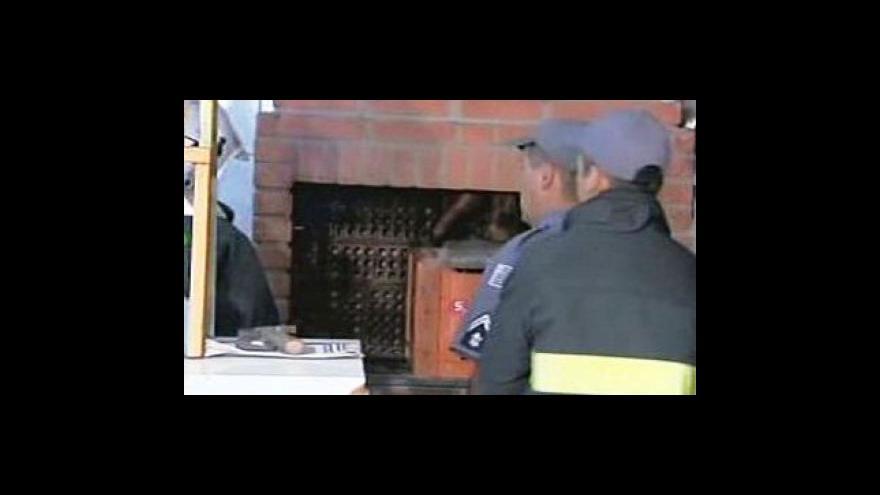Video Zloděj se zasekl v komíně