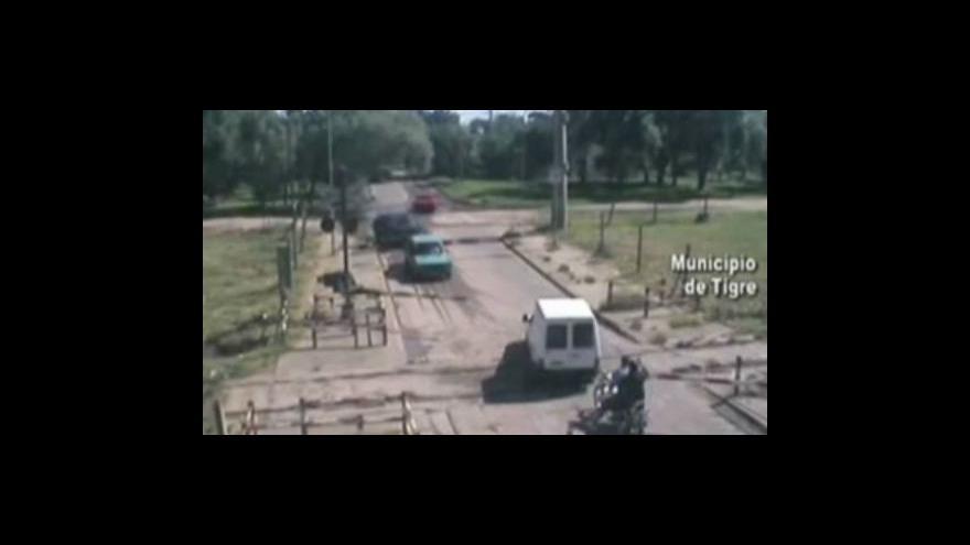 Video Hrdina odtlačil auto z přejezdu