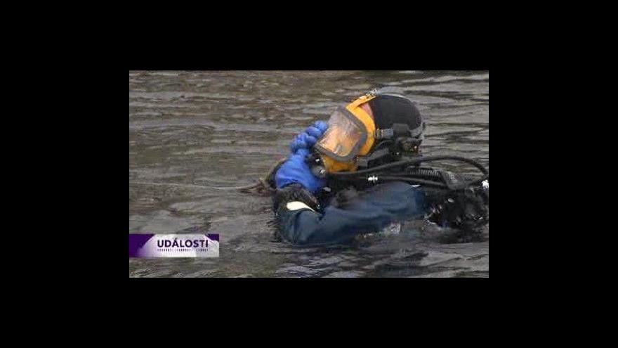 Video Potapěčí opět hledali zbytky mostu
