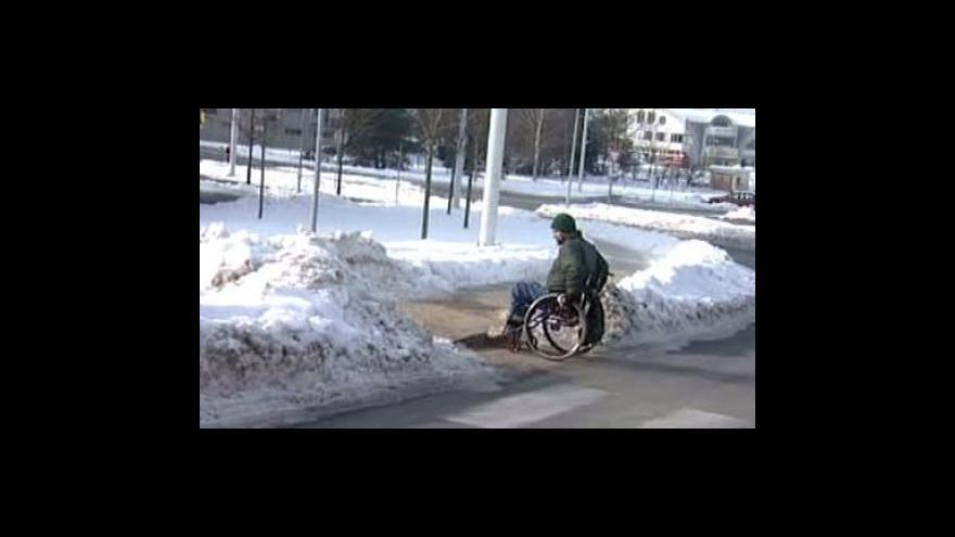 Video Neuklizené chodníky trápí vozíčkáře