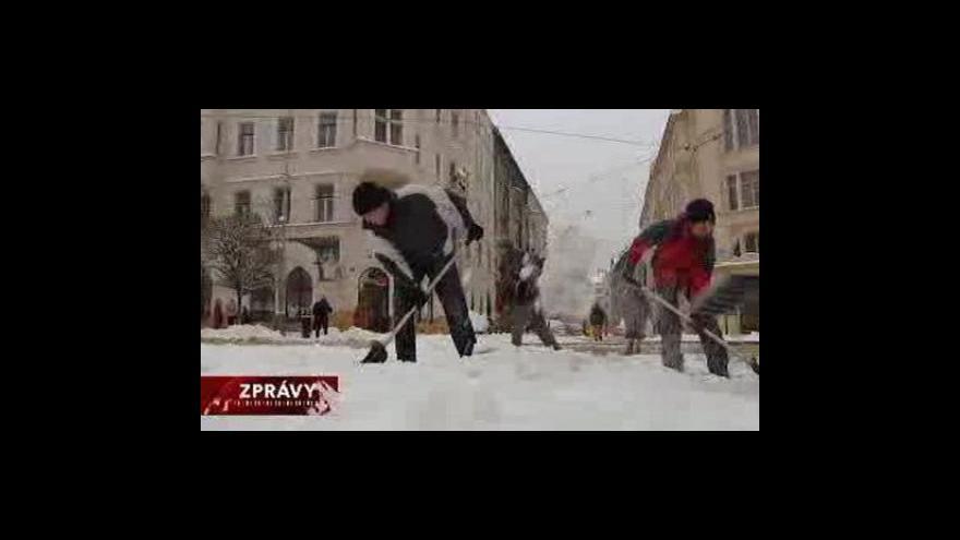 Video Odklízení sněhu stojí města a obce miliony korun