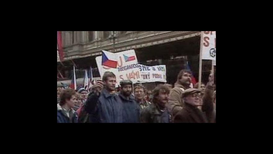 Video Stávkující lid odcinkal klíčky začátek konce socialismu