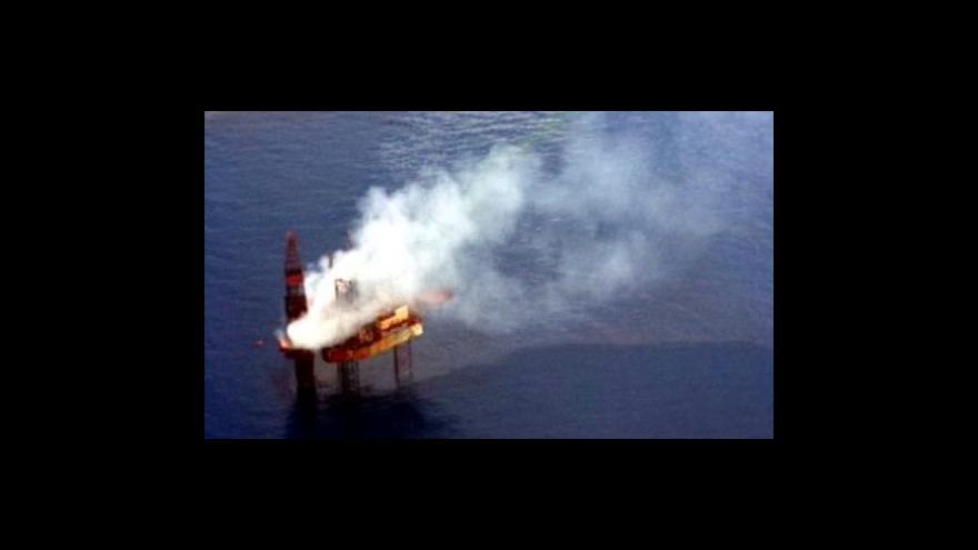 Video V moři na sever od Austrálie hoří ropná plošina