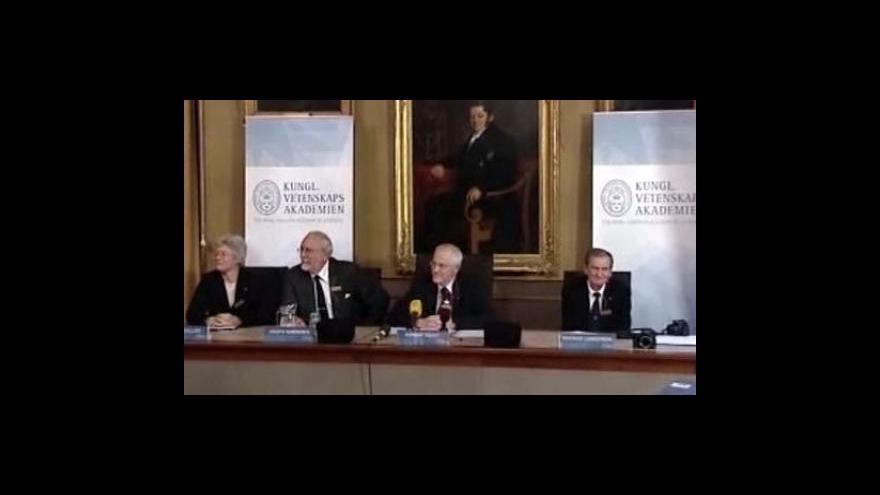 Video Nobelovu cenu za fyziku dostali tři Američané