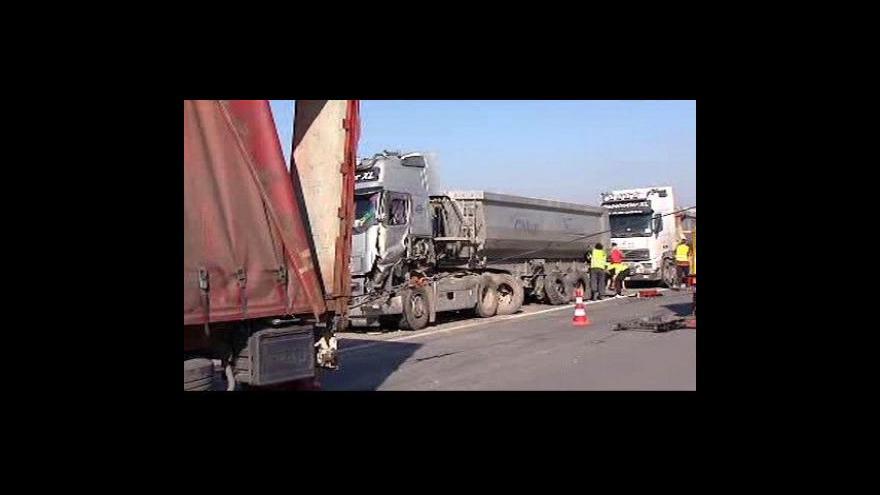Video Srážka tří kamionů blokovala dálnici D8