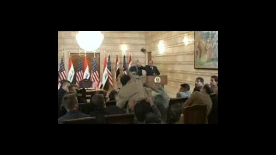 Video Irácký novinář hází po americkém prezidentovi botu