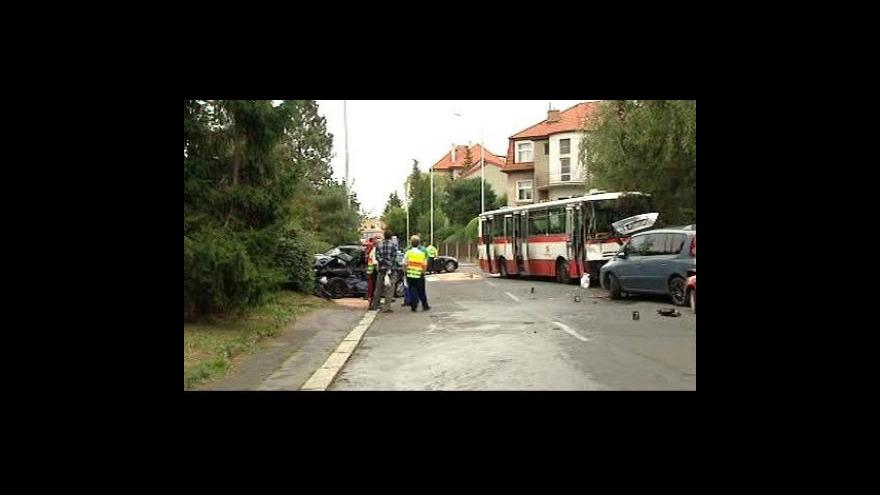 Video V Praze havaroval autobus MHD