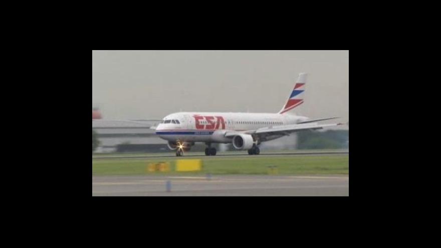 Video Porouchané letadlo přistálo v Praze