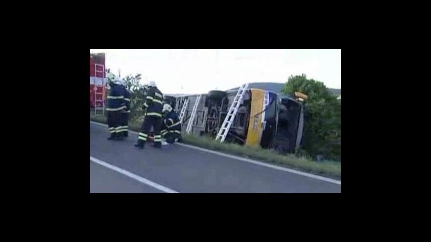Video Nehoda autobusu nemá žádné oběti na životech