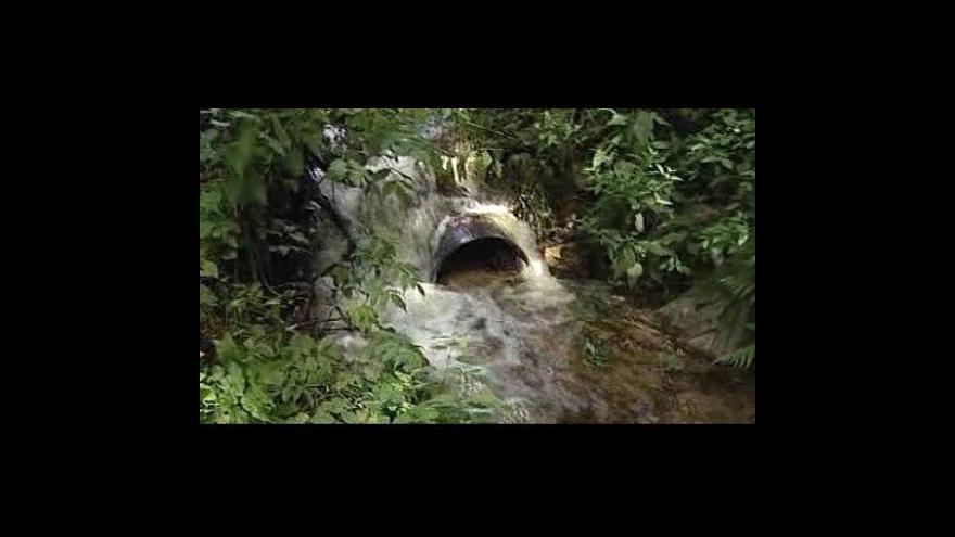 Video V Nadějkově hrozilo protržení hráze