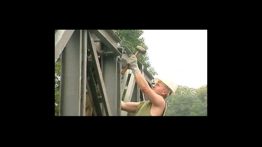 Video Na Novojičínsku staví vojáci mosty
