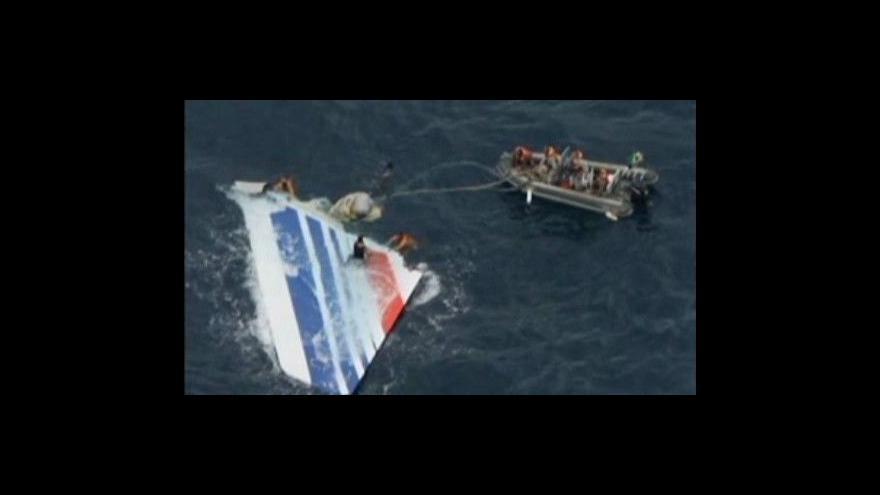 Video Záchranáři vylovili ocasní část vraku