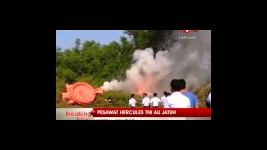 Video Při havárii indonéského armádního letadla zemřelo nejméně 97 lidí