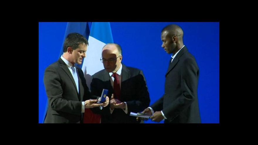 Video Premiér Valls předal Bathilymu francouzský pas