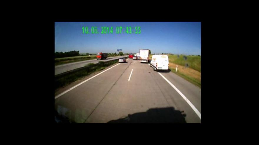 Video Řidiči neumí záchranářům uhýbat (záběry hasičů)