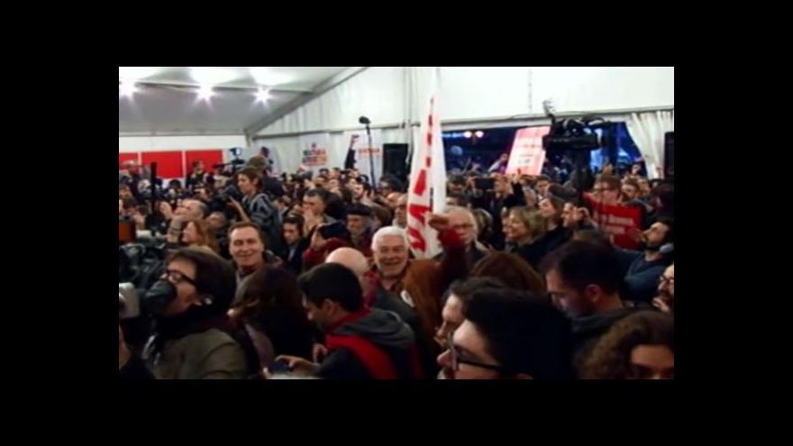Video Lídr hnutí SYRIZA Alexis Tsipras přichází mezi slavící příznivce