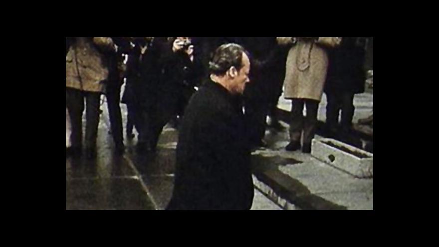 Video Pokleknutí Willyho Brandta u památníku varšavského ghetta