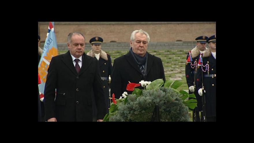 Video Prezidenti Zeman a Kiska během piety v Terezíně