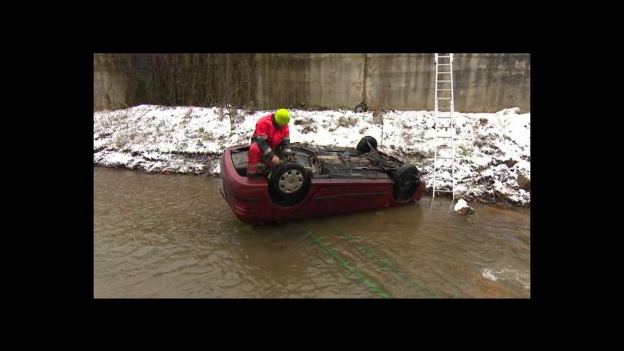 Video Auto spadlo do potoka