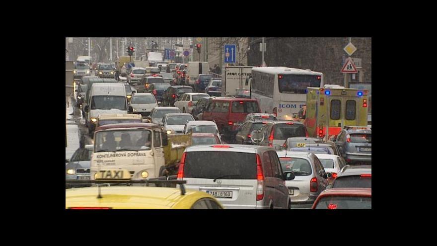 Video Zaparkovat v Praze je stále větší problém
