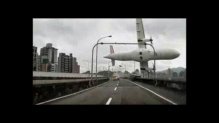 Video PODÍVEJTE SE: Letadlo TransAsia skončilo v řece