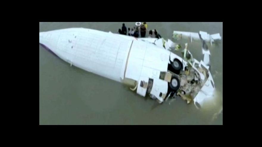 Video Za pád letadla mohly problémy s motory
