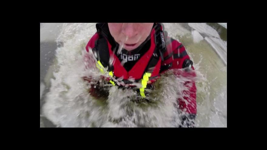 Video Jak zachránit člověka, pod kterým se prolomil led