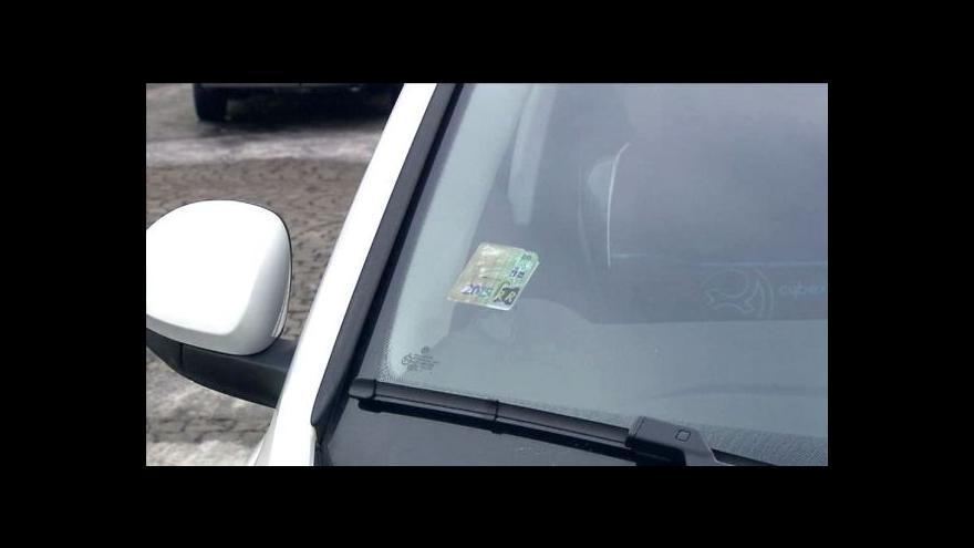 Video Policie dopadla prodejce falešných dálničních známek