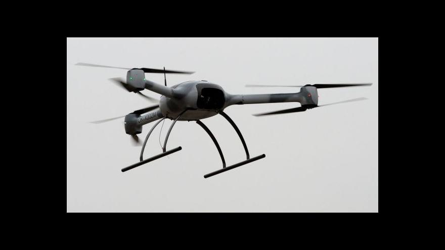 Video Kardinál Duka si vyzkoušel pilotáž armádního dronu