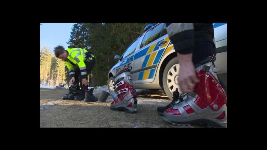 Video Šumavské svahy hlídají policisté na lyžích