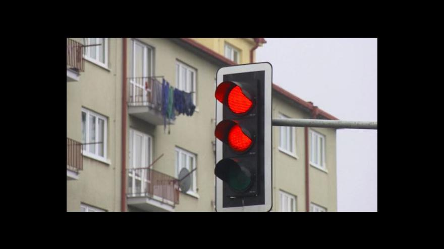 Video Policie chce omezit zpomalovací semafory v obcích