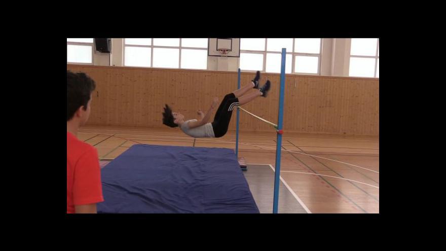 Video Soutěž ve skoku vysokém v Okříškách