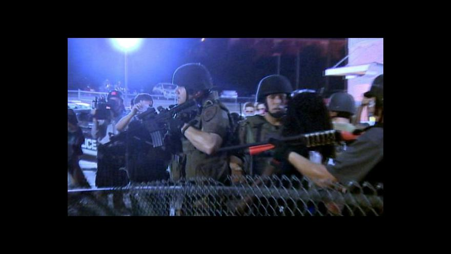 Video Ve Fergusonu opět explodoval sud se střelným prachem