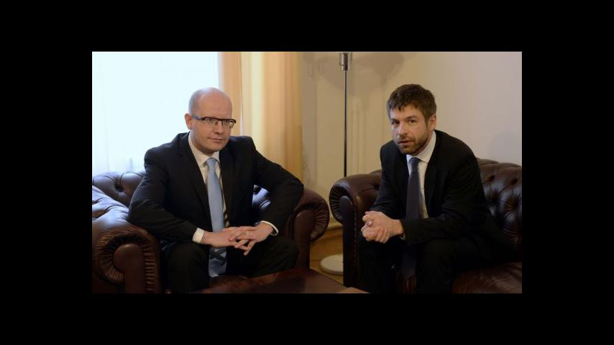 Video Sobotka uvedl Pelikána do úřadu: Náročných úkolů se nebojí