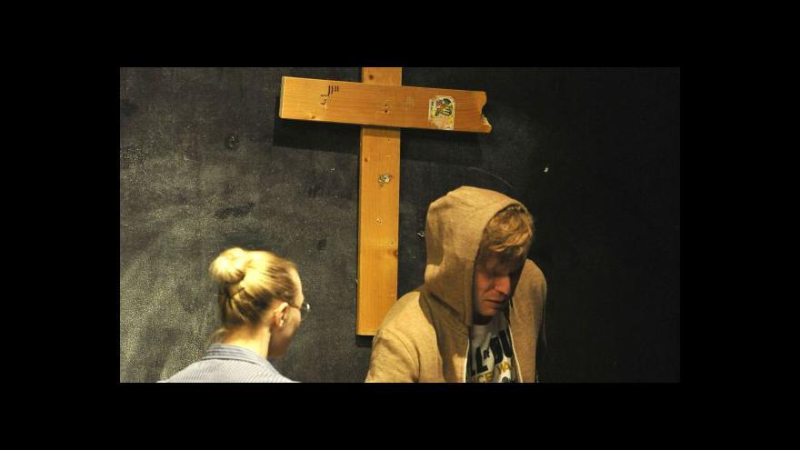 Video Bez komentáře: Inscenace Mučedník v brněnském HaDivadle