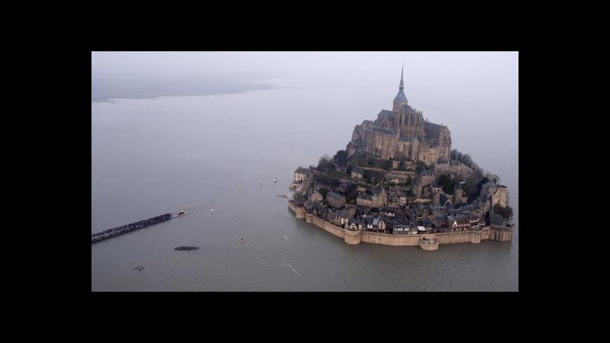 Video Příliv vysoký jako čtyřpatrový dům a z Mont Saint-Michel je opět ostrov