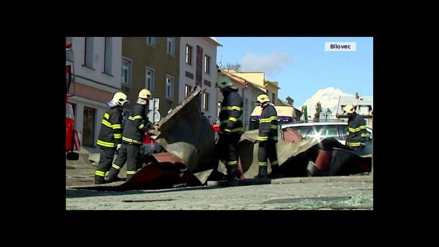 Video Události: Silný vítr utrhl střechu obytného domu v Bílovci