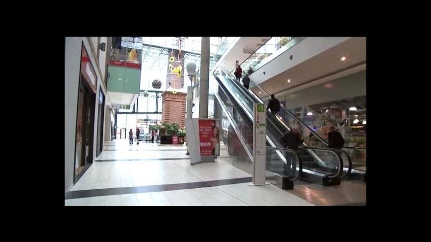 Video V Opavě probíhá průzkum chování mládeže v obchodním centru