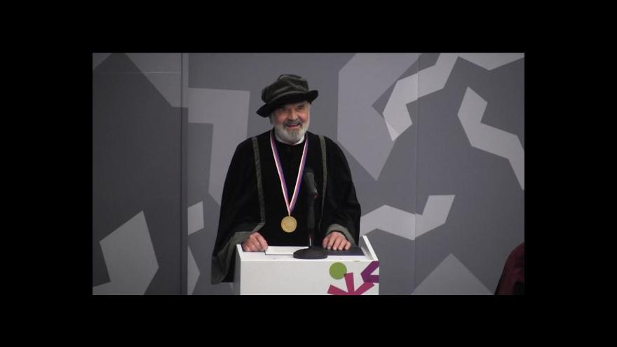 Video Zdeněk Svěrák dostal v Hradci Králové čestný doktorát