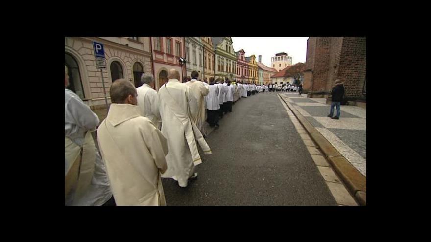 Video Kapku krve a pramen vlasů Jana Pavla II. teď mají v Hradci Králové