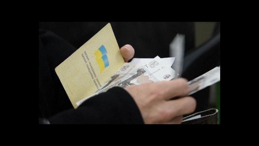 Video Lidé v Donbasu dostávají důchody v rublech