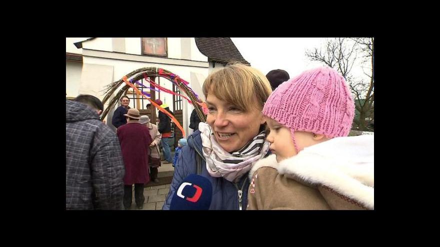 Video V Rybí procházejí ženy omlazovací bránou