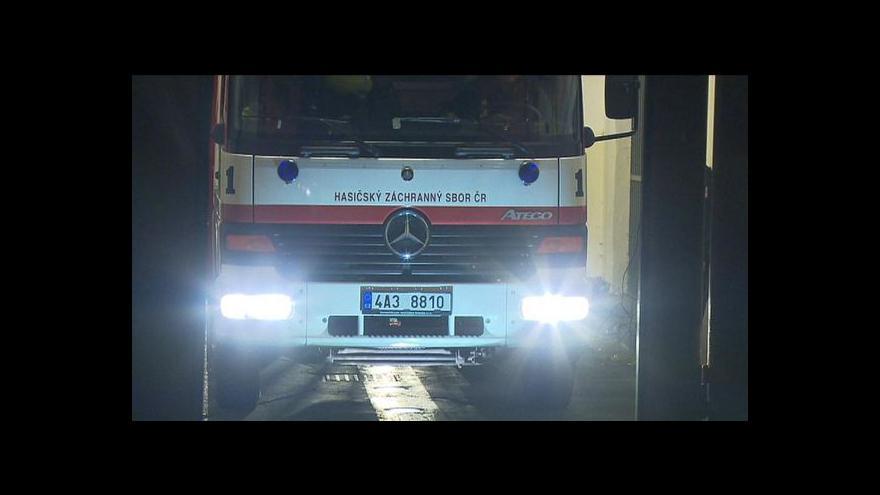 Video Bez komentáře: Hasiči jedou hasit pankráckou věznici