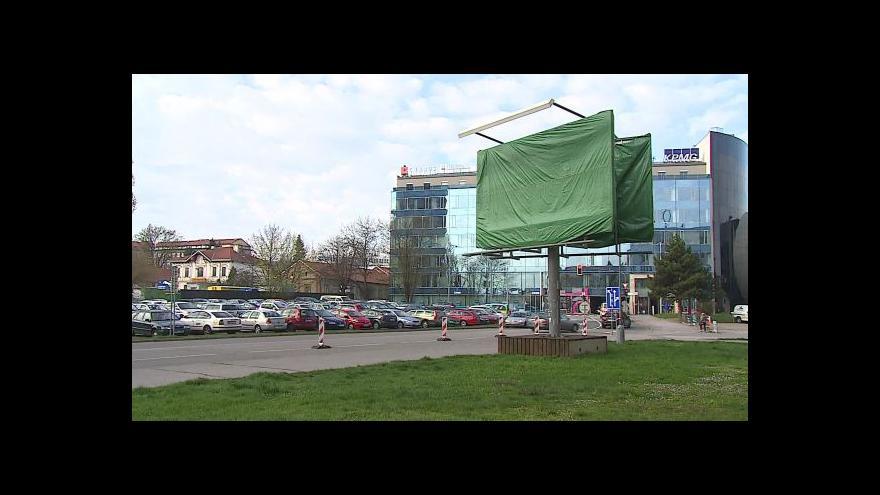 Video Bez komentáře: Úřady nechaly odstranit sporný billboard