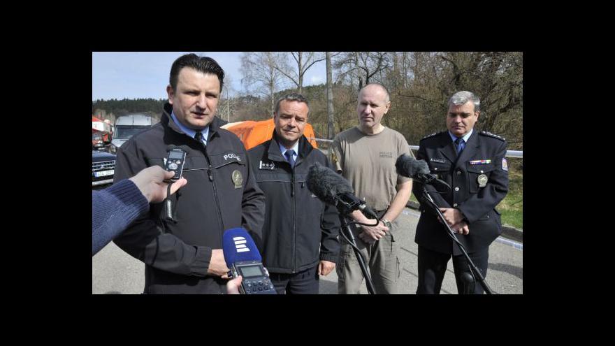 Video Brífink policie k situaci ve Vrběticích