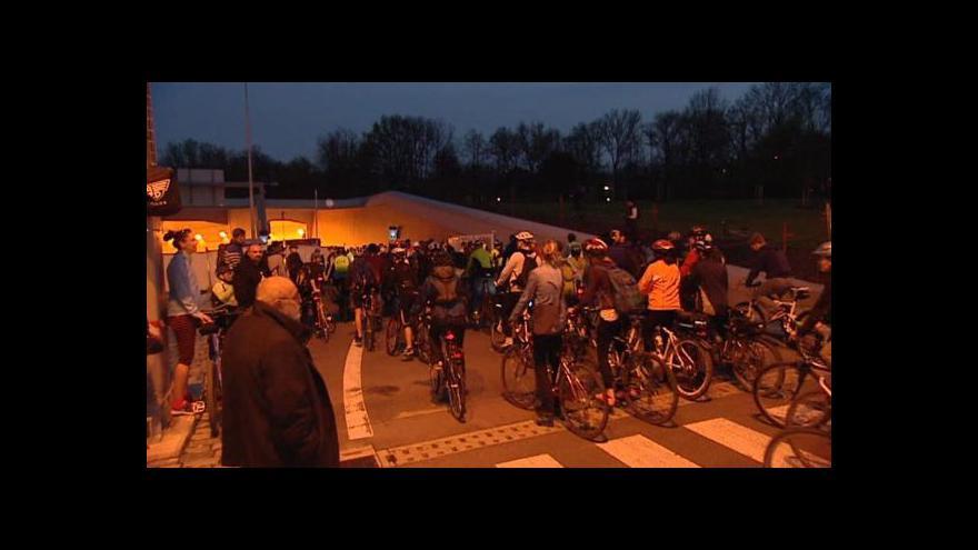 Video Blankou projeli cyklisté – a znovu se zavřela
