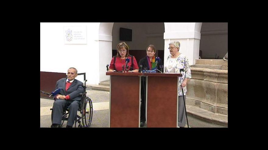 Video Zdravotně postižení chtějí více peněz na péči