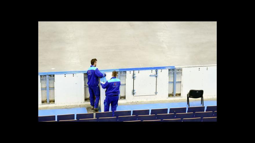 Video V ostravské hale se barví na bílo led pro MS